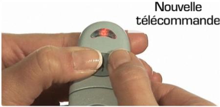Pressez en même temps les deux boutons de la télécommande, la diode change de comportement